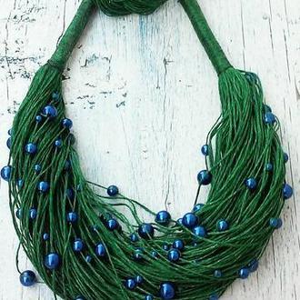 Набор украшений из итальянского льна зеленого цвета и синих бусинок, колье и браслет.