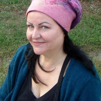 """Валяная женская шапка """"Сирень"""" изготовлена вручную из мериносовой шерсти"""