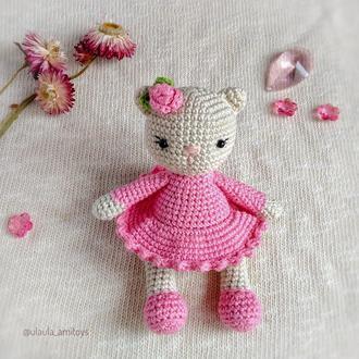Кішечка у рожевій сукні