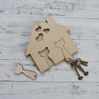 """Настенная ключница, вешалка для ключей, в виде домика, из дерева с брелоками """"котики"""", семейная"""