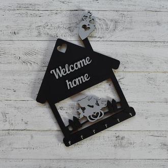 """Настенная ключница, вешалка для ключей,в виде домика, из дерева, """"Welcome home"""" с котиками на заборе"""