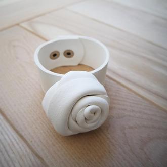 Роскошный белый кожаный браслет с большой розой