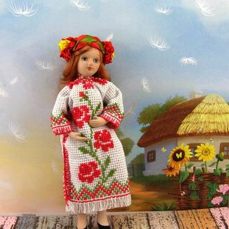 Фарфоровая куколка в традиционной украинской одежде
