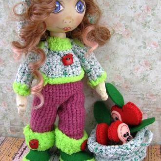 Текстильная кукла в шляпе