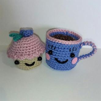 Сладкая парочка: чашечка капучино и голубичный кексик