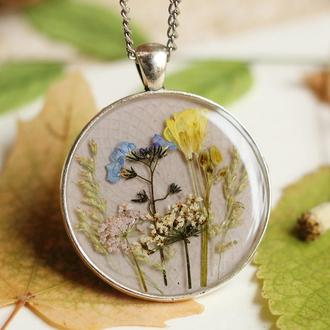 Кулон с цветами и травинками