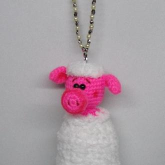 Вязаная игрушка брелоки Свинка в сугробе