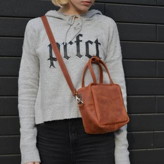 Кожаная сумочка через плечо. Маленькая кожаная сумочка цвет коньяк.