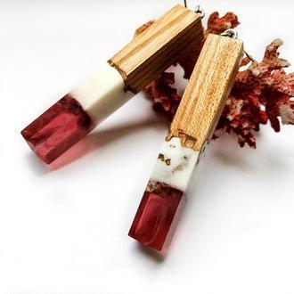 Длинные серьги с серебрянными  швензами  из  смолы и древесины вяза - оригинальный  подарок  девушке