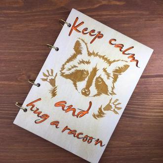 Блокнот с деревянной обложкой.Енот. Keep calm hug the racoon