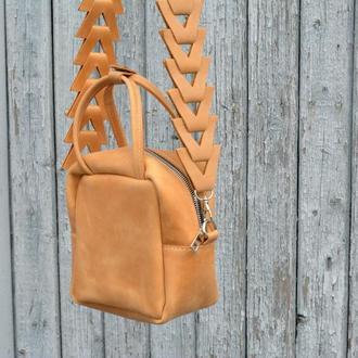 Кожаная сумочка через плечо. маленькая кожаная сумочка цвет тимберлейк