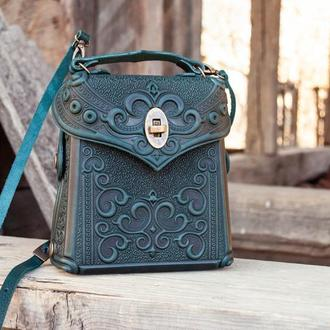 Сумочка-рюкзак кожаная темно-зеленая с орнаментом тиснение Бохо
