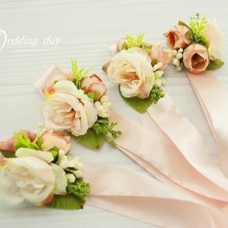 Бутоньерки для свидетелей пудровые / Бутоньерки пудровые свидетелям / Браслет на руку с цветами