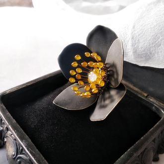 Большое коктейльное кольцо с цветком черного морозника
