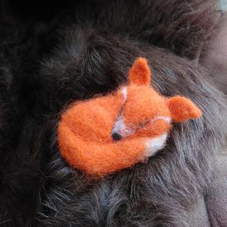 "валяная брошь -""Спящая лисица"""