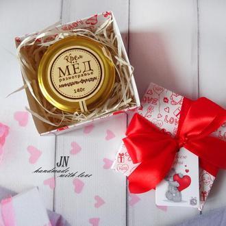 Крем-мед с орехами и сухофруктами, 140 грамм в подарочной коробочке.