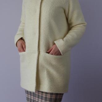 Весеннее пальто цвета айвори с рукавом реглан