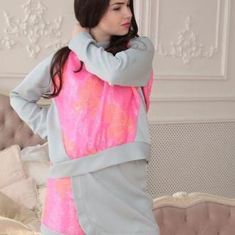 Прогулочный серо-розовый костюм с юбкой