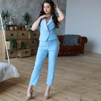 Летний деловой костюм голубого цвета