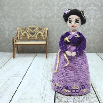 Миниатюрная вязаная кукла в корейском костюме