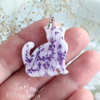 Кошеня з фіолетовими рослинами • Кулон Кот Котик с цветами • Кошка • Котята • Біла киця з квітами