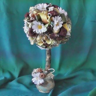 Топиарий из искусственных цветов и натуральных материалов в керамическом горшке