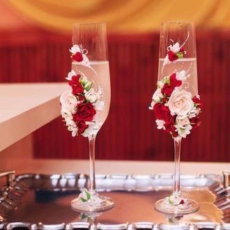 """Свадебные бокалы """" Марсала """" с розами и ранункулюсами"""