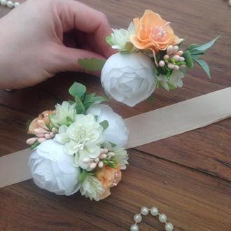 Комплект бутоньерок в персиковом цвете Садебная бутоньерка Повязка с цветами на руку