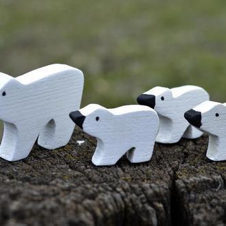 Игрушки из дерева. Белые медведи