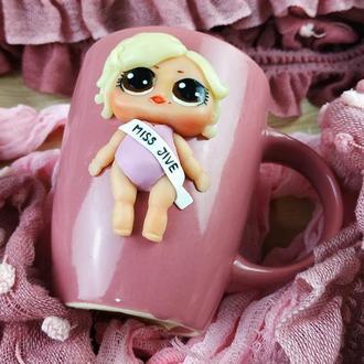 Чашка с декором куклой Lol из полимерной глины