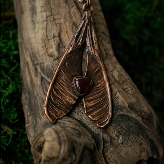 Кулон ′Крылатка с сердоликом′