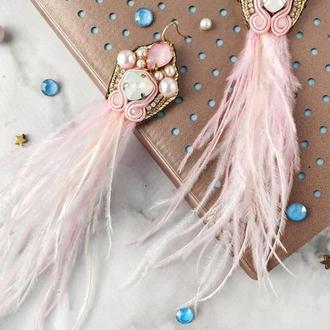 Вышитые серьги с жемчугом Сваровски и перьями страуса. Нежно-розовые.