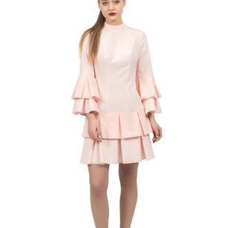 Розовое платье с воланами