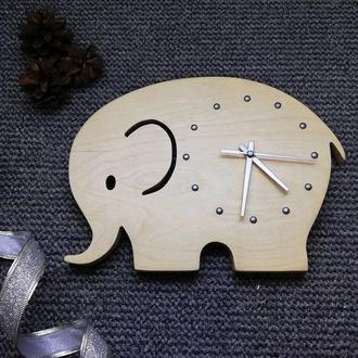 Часы из дерева в виде слоника