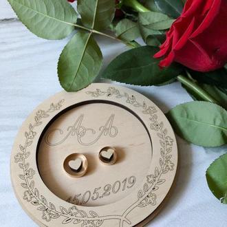 Блюдце из дерева для обручальных колец с гравировкой инициалов и даты свадьбы