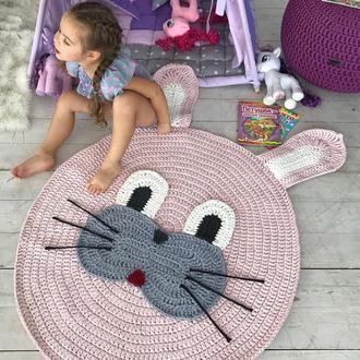 Детский вязаный коврик в виде зайки