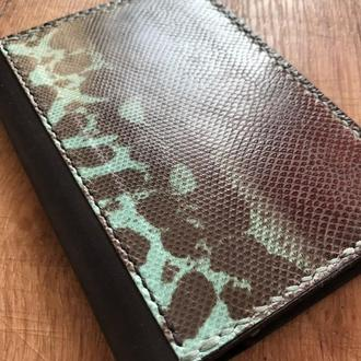Обложка для паспорта из натуральной кожи с декоративной вставкой натуральной кожи змеи Карунг