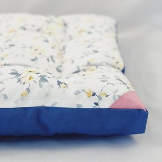 Подушка на стул. Желтые цветы с синим однотонном. Белая подушка на стул.