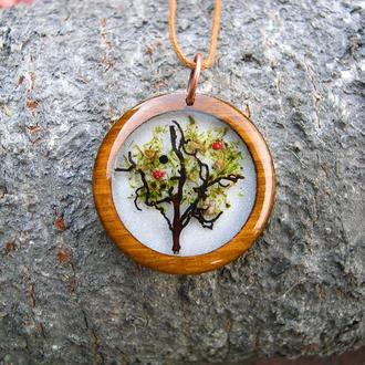 Деревянный кулон с цветущим деревом на белом фоне