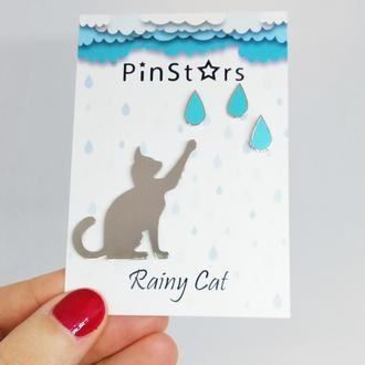 Металлический эмалевый значок Котик играющий с Капельками Дождя.