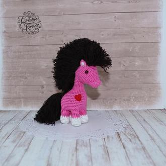 Розовая лошадка с черной гривой, веселая игрушка