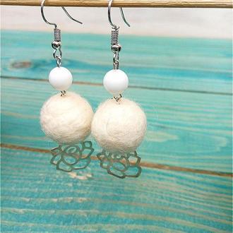 Белые серьги валяние войлочные шарики. классические серьги. свадебные серьги. белый агат