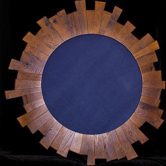 Настінне дзеркало в дерев'яній рамі