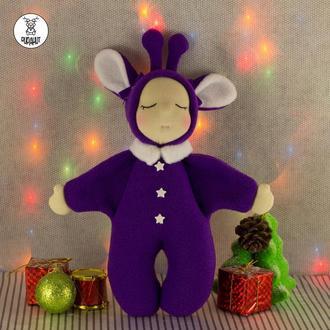 Сплюшка с рожками в фиолетовом комбинезончике