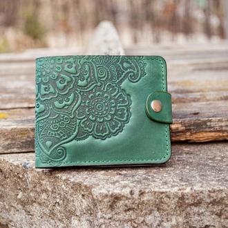 Маленький женский кошелек кожаный зеленый с орнаментом тиснение Цветочный Сад