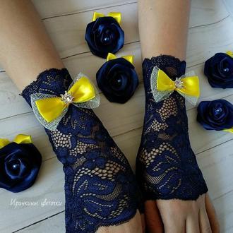 Митенки темно-синего цвета и заколки