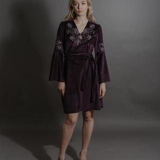 Оксамитова сукня з вишивкою