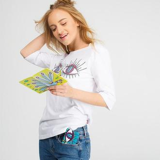 Белая женская футболка с глазами стрекозы