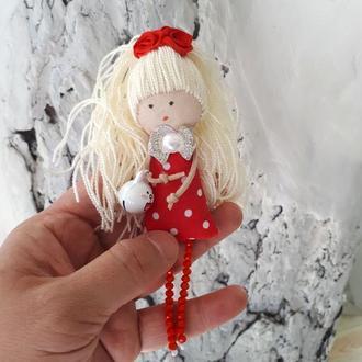 Текстильная куколка брошка с зайчиком колокольчиком