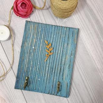 Деревянная  голубая вешалка-ключница  на 2 крючка с веточкой